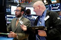 Operadores trabajando en la bolsa de Wall Street en Nueva York, nov 23, 2016. Las acciones bajaban el lunes en la bolsa de Nueva York a mitad de sesión presionadas por los sectores financiero y de consumo, ante una toma de ganancias de algunos inversores tras los récords de la última semana.   REUTERS/Brendan McDermid