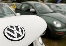 Volkswagen a annoncé lundi avoir obtenu une prolongation de six mois de son prêt relais de 20 milliards d'euros destiné à l'aider à supporter le coût du scandale des émissions polluantes de ses moteurs diesel. /Photo d'archives/REUTERS/Fabian Bimmer