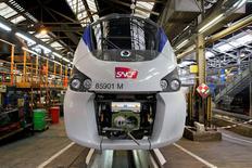 Les engagements pris début octobre par Alstom pour préserver et diversifier son site de Belfort sont tenus, a jugé lundi le secrétaire d'Etat à l'Industrie, Christophe Sirugue. La SNCF confirmera pour sa part dans les semaines à venir une série de commandes permettant de maintenir l'activité de production de ce site, dont la direction d'Alstom avait envisagé le transfert en Alsace, avec 400 emplois en jeu à la clef. /Photo prise le 24 novembre 2016/REUTERS/Benoit Tessier