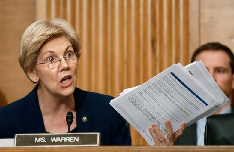 U.S. Senator Elizabeth Warren (D-MA) shows company documents to Wells Fargo CEO John Stumpf during his testimony before a Senate Banking Committee hearing on the firm's sales practices on Capitol Hill in Washington, U.S., September 20, 2016.   REUTERS/Gary Cameron