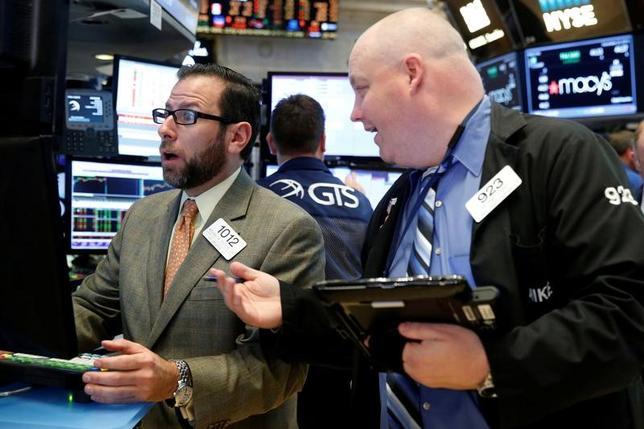 11月25日、債券から株式への大規模な資金シフトを表す「グレート・ローテーション(大転換)」という言葉が使われ始めてから5年が経過。これまで結局そうした動きは確認できなかったが、今度は本物だとの見方が勢いを増してきている。写真は23日、ニューヨーク証券取引所のトレーダー(2016年 ロイター/Brendan McDermid)