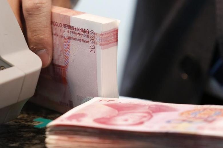2016年3月30日,北京一家商业银行的雇员在清点人民币钞票。REUTERS/Kim Kyung-Hoon