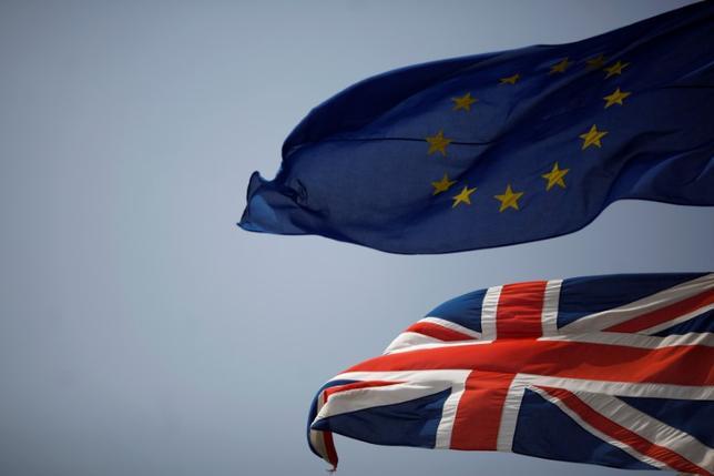11月28日、EU離脱交渉を巡り頭を抱える英国に、事態打開の妙薬がもたらされるかもしれない。写真は英国旗(下)とEU旗。ジブラルタルで6月撮影(2016年 ロイター/Jon Nazca)