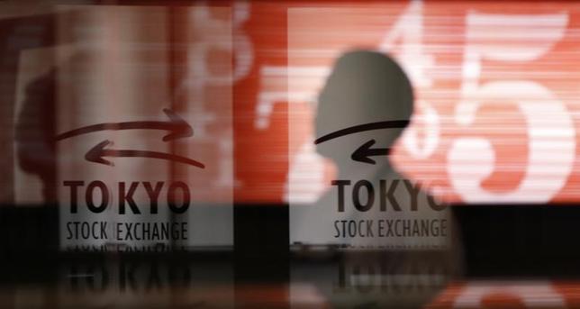 11月29日、東京株式市場で日経平均は続落した。前日の米国株安に加え、円相場の強含みも重しとなり、朝方から利益確定売りが先行。一時100円近い下げとなったが、売り一巡後は為替水準をにらみながら一進一退となった。東京証券取引所で2013年2月撮影(2016年 ロイター/Toru Hanai)