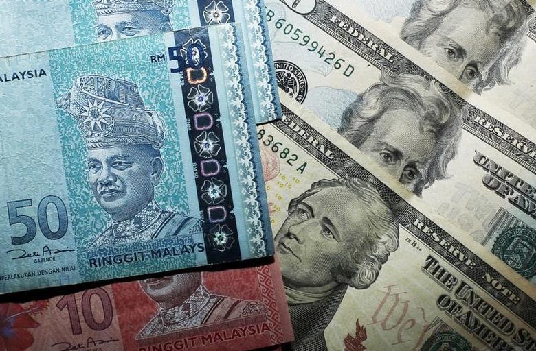 2015年8月24日,图为马来西亚林吉特和美元纸币。REUTERS/Edgar Su