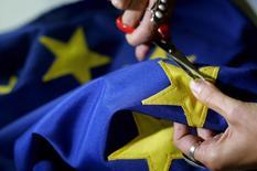 La confianza económica de la zona euro apenas subió en noviembre en contra de las expectativas de un aumento más pronunciado al contrarrestar la caída de la manufactura unas perspectivas más positivas de consumidores, minoristas y del sector de la construcción. En la imagen, una costurera búlgara fabrica una bandera de la UE en Sofía en una fotografía de archivo de 2006. REUTERS/Nikolay Doychinov