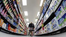 La economía de Estados Unidos creció más rápido de lo previsto inicialmente en el tercer trimestre y logró su mejor desempeño en dos años, alentada por un fuerte gasto de los consumidores y un alza en las exportaciones de soja. En la imagen, un comprador en un supermercado de Chicago en una fotografía de archivo de 2011. REUTERS/Jim Young/Files