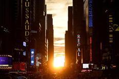 Le soleil se couche à Manhattan. Les prix immobiliers dans les 20 principales métropoles des Etats-Unis ont augmenté de 0,1% en septembre en données brutes et de 5,1% en rythme annuel. /Photo prise le 11 juillet 2016/REUTERS/Mark Kauzlarich