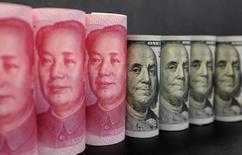 Imagen de billetes de 100 dólares estadounidenses y billetes de 100 yuanes chinos tomada en Pekín, China, 21 de enero 2016. China está intensificando las medidas para contener la salida de capitales después de que su moneda, el yuan, cayó a mínimos en más de ocho años, dijeron el martes fuentes del sector, luego de que las inversiones dirigidas al exterior treparon a máximos récord. REUTERS/Jason Lee/Illustration/File Photo