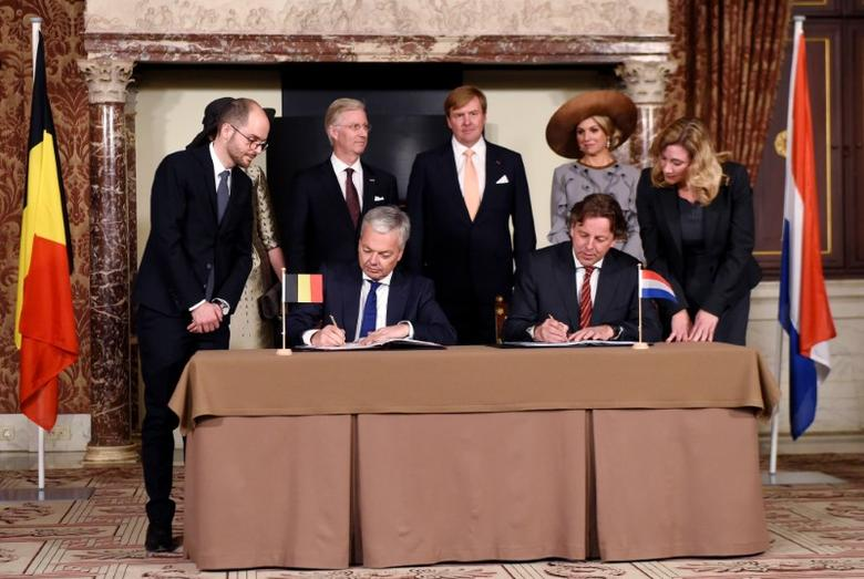 Belgian Foreign Minister Didier Reynders and Dutch counterpart Bert Koenders sign a border correction treaty as Belgian King Philippe, Dutch King Willem-Alexander and Queen Maxima look on in Amsterdam during an official state visit to the Netherlands November 28, 2016. REUTERS/Didier Lebrun/Pool