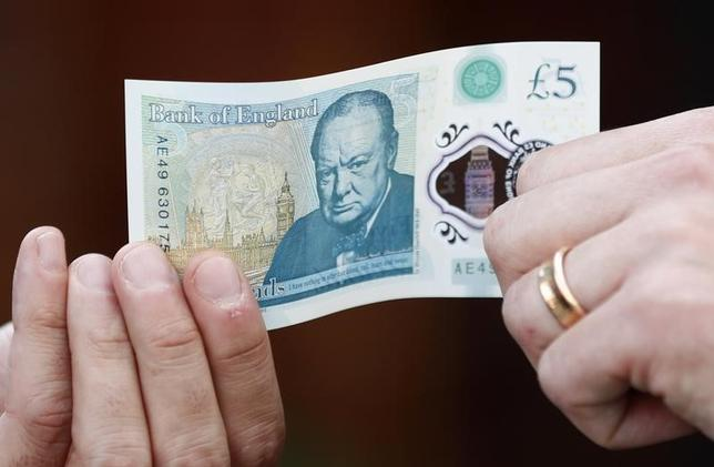 11月29日、英国で9月から流通が始まったプラスチック素材の新5ポンド紙幣が、動物性脂肪の利用に反対する人々の不評を買っている。9月撮影(2016年 ロイター/Stefan Wermuth)