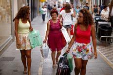 Las ventas al por menor en España encadenaron en octubre una recha alcista de 27 meses, aunque de nuevo registraron una moderación del ritmo de crecimiento, según mostraron el miércoles los datos del Instituto Nacional de Estadística (INE). En la imagen de archivo, varias mujeres con bolsas de compras en Ronda, Málaga. REUTERS/Jon Nazca/File Photo