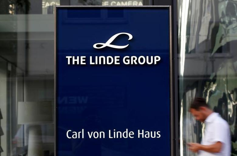 Linde Group logo is seen at its headquarters in Munich, Germany August 15, 2016.  REUTERS/Michaela Rehle