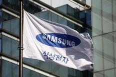Samsung Electronics a augmenté mercredi sa capitalisation boursière de près de 8,5 milliards d'euros grâce à ses promesses de redistribuer sa trésorerie et d'augmenter son dividende. /Photo prise le 29 novembre 2016/REUTERS/Kim Hong-Ji