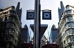 En la imagen de archivo, una sede de Royal Bank of Scotland en Londres. Royal Bank of Scotland tendrá que reforzar sus reservas de capital tras no haber superado la prueba de resistencia realizada este año a siete prestamistas británicos, dijo el miércoles el Banco de Inglaterra. REUTERS/Toby Melville/File Photo