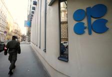 En la imagen, un soldaddo patrulla junto a la sede dela OPEP en Viena, el 29 de noviembre de 2016. La OPEP está discutiendo el miércoles un recorte de producción de hasta 1,4 millones de barriles de petróleo por día (bpd), un volumen mayor que la disminución sugerida previamente de 1,2 millones de bpd, dijo a Reuters una fuente del grupo. REUTERS/Heinz-Peter Bader