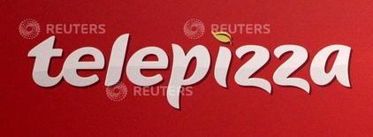 Telepizza desveló el miércoles los planes para su próximo aterrizaje en Irán, convirtiéndose en la primera cadena de comida rápida europea en poner los pies en la república islámica, continuando así su proceso de internacionalización mientras en España sus resultados siguen siendo pobres. En la foto, el logo de Telepizza en su estreno en bolsa en Madrid el 27 de abril de 2016. REUTERS/Andrea Comas