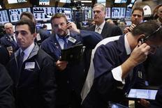 La Bourse de New York a ouvert en hausse mercredi, à des niveaux record soutenue par le vif rebond des cours du pétrole à la suite du premier accord de limitation de la production de l'Opep depuis 2008. L'indice Dow Jones est passé au-dessus des 19.200 points, en hausse de 0,50% à 19.216,38 points. /Photo prise le 15 novembre 2016/REUTERS/Lucas Jackson