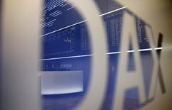 Les Bourses européennes ont terminé en hausse mercredi, portées comme Wall Street et le dollar par le rebond spectaculaire des cours du pétrole. Le CAC 40 a fini en hausse de 0,59% 4.578,34, le Footsie britannique a pris 0,17%, alourdi par les valeurs minières, et le Dax allemand 0,19%. /Photo d'archives/REUTERS/Kai Pfaffenbach