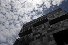 La casa matriz de Petrobras en Río de Janeiro, dic 17, 2015. El resultado de la reunión de la OPEP y el actual tipo de cambio en Brasil están creando condiciones para que Petrobras suba los precios al por mayor de los combustibles, dijo el miércoles una fuente cercana a la evaluación de precios de la petrolera con participación del estado.   REUTERS/Ricardo Moraes