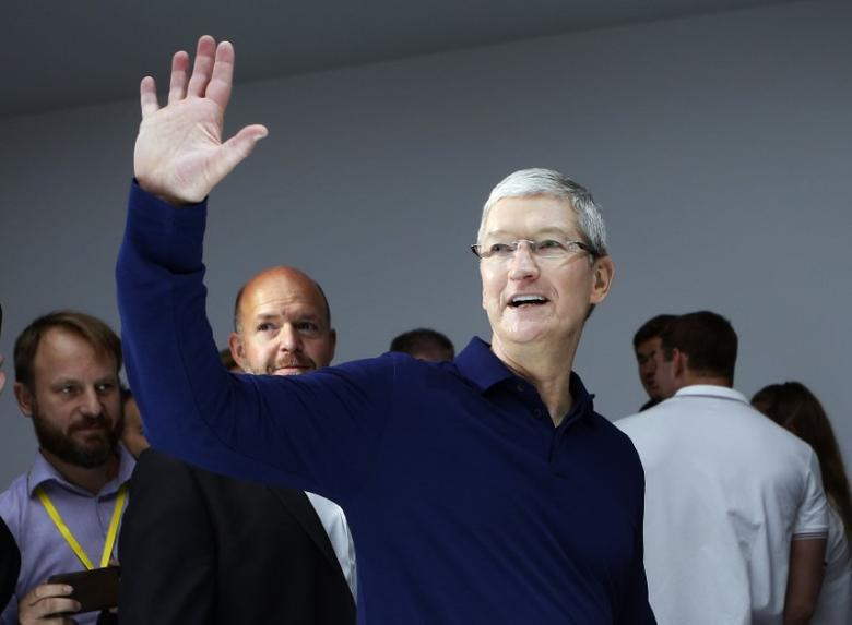 Apple Inc CEO Tim Cook waves during an Apple media event in San Francisco, California, U.S. September 7, 2016.  REUTERS/Beck Diefenbach