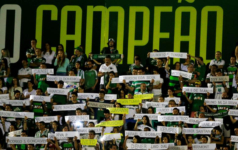 Fans of Chapecoense soccer team hold the names of Chapecoense's players as they pay tribute, for them at the Arena Conda stadium in Chapeco, Brazil November 30, 2016.   REUTERS/Ricardo Moraes