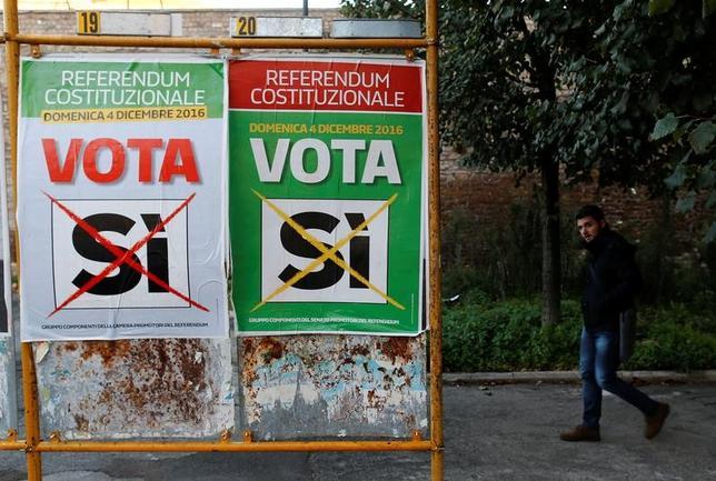 11月30日、イタリアで12月4日、上院の権限縮小などを含む憲法改正案の是非を問う国民投票が実施される。憲法改正案を推進してきたレンツィ首相は、否決された場合には辞任する意向を示している。写真はローマで11月撮影(2016年 ロイター/Tony Gentile)