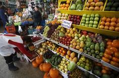 Una mujer vende frutas en un mercado de Lima, 23 de octubre, 2015. Perú anotó una inflación de 0,29 por ciento en noviembre, menor a la del mes previo, en medio de una caída de los precios de algunos alimentos claves en la canasta básica que fue compensada con un repunte de las tarifas eléctricas, dijo el jueves el Gobierno. REUTERS/Mariana Bazo - RTX1SYN2