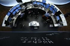 Les principales Bourses évoluent jeudi en baisse vers la mi-séance malgré le soutien des cours du pétrole, qui progressent encore au lendemain de l'accord conclu à l'Opep pour réduire la production. À Paris, l'indice CAC 40 cède 0,62% à 4.549,75 points vers 11h40 GMT. À Francfort, le Dax perd 0,73% et à Londres, le FTSE abandonne 1,12%. /Photo d'archives/REUTERS/Lisi Niesner
