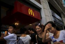 People walk by a McDonald's store in downtown Shanghai July 31, 2014.   REUTERS/Carlos Barria/File Photo