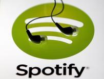 Spotify, l'une des start-ups européennes les plus valorisées, pourrait devenir bénéficiaire l'année prochaine. Le site, qui reste le leader mondial de la musique en streaming, a accumulé les pertes depuis sa création il y a une dizaine d'années. /Photo d'archives/REUTERS/Dado Ruvic