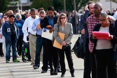 Personas esperan para entrar a una feria de trabajo en Uniondale, Nueva York  7 de Octubre, 2014La cantidad de estadounidenses que pidió subsidio estatal por desempleo subió más de lo esperado la semana pasada, a su mayor nivel en cinco meses, aunque la tendencia subyacente sigue en línea con un mercado laboral sólido.  REUTERS/Shannon Stapleton/File Photo