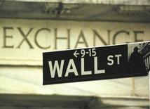 Указатель на Уолл-стрит рядом с фондовой биржей Нью-Йорка. Индексы S&P 500 и Dow выросли на волатильных торгах в первый день декабря, поскольку ралли нефти продолжается, однако Nasdaq понес потери из-за снижения технологических акций.