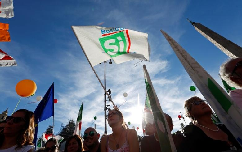Supporters wave flags during a rally led by Italian Prime Minister Matteo Renzi in downtown Rome, Italy October 29, 2016. REUTERS/Remo Casilli