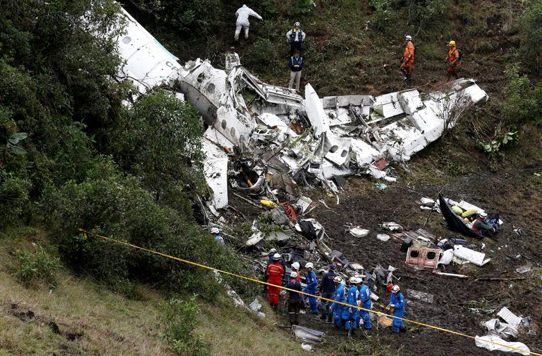Rescue crews work at the wreckage of a plane that crashed into the Colombian jungle with Brazilian soccer team Chapecoense onboard near Medellin, Colombia, November 29, 2016. REUTERS/Jaime Saldarriaga