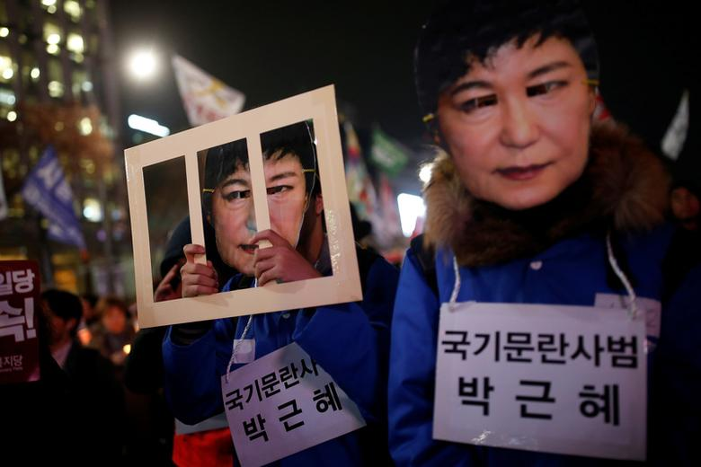 People march during a protest calling for South Korean President Park Geun-hye to step down in central Seoul, South Korea, November 30, 2016. The signs read ''Offender disturbing order of nation, Park Geun-hye''.  REUTERS/Kim Hong-Ji - RTSTZLB