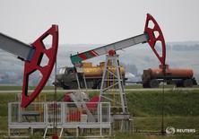 Станки-качалки на Бузовьязовском месторождении Башнефти к северу от Уфы 11 июля 2015 года. Банк России хочет посмотреть на реакцию рынка после решения ОПЕК и оценивает вероятность повышения цен на нефть в своём базовом прогнозе уже в декабре как не очень большую. REUTERS/Sergei Karpukhin/File Photo