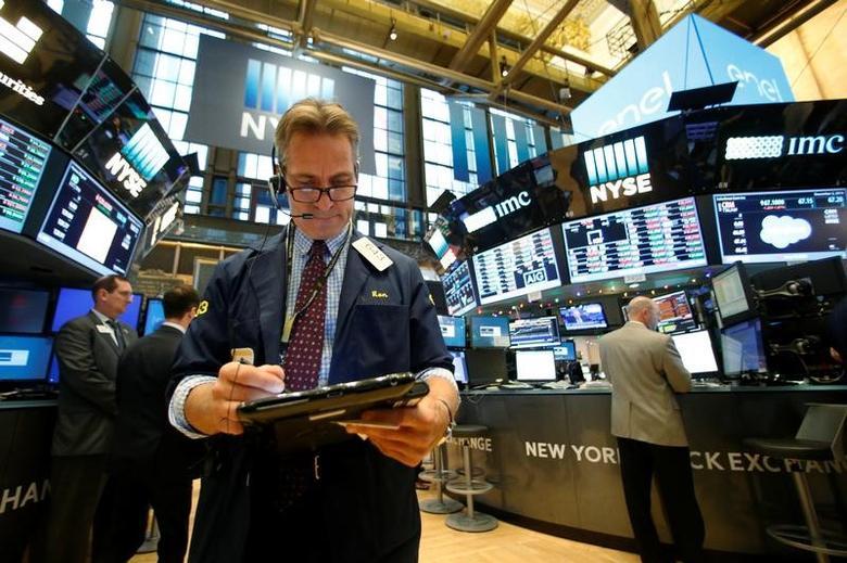 Traders work on the floor of the New York Stock Exchange (NYSE) in New York City, U.S., December 2, 2016.  REUTERS/Brendan McDermid