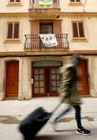 Airbnb Inc y la ciudad de Nueva York dijeron el viernes que han llegado a un arreglo respecto a una demanda presentada por la compañía contra una ley que, según sostenía, podía exponerla a fuertes multas por publicitar el alquiler de apartamentos por cortos periodos de tiempo. En la foto, un cartel en contra de los apartamentos turísticos en un balcón en una casa en Barcelona el 28 de noviembre de 2016. REUTERS/Albert Gea