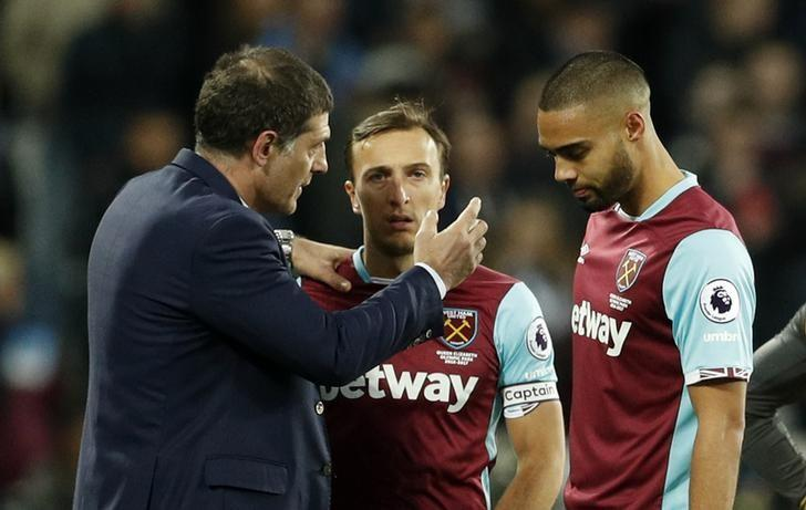 Britain Football Soccer - West Ham United v Arsenal - Premier League - London Stadium - 3/12/16 West Ham United manager Slaven Bilic speaks with  Winston Reid and Mark Noble  Action Images via Reuters / John Sibley Livepic
