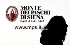 Un aviso publicitario del banco Monte dei Paschi visto en una pantalla del banco en Milán, Italia, 14 de enero 2016.Un plan de rescate de 5.000 millones de euros (5.330 millones de dólares) para el banco italiano Monte dei Paschi di Siena peligraba el lunes, después que la derrota del primer ministro Matteo Renzi en un referendo sumió al país en la incertidumbre política.REUTERS/Stefano Rellandini/File Photo  - RTX2QCGL