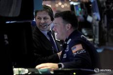 Трейдеры на торгах фондовой биржи в Нью-Йорке 5 декабря 2016 года. Индексы США выросли в понедельник, а Dow обновил внутридневной максимум, поскольку продолжение роста цен на нефть поддержало энергетический сектор, а статистические данные указали на укрепление экономики страны. REUTERS/Brendan McDermid