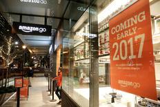 La minorista online Amazon.com anunció el miércoles la apertura de una tienda de alimentos en la ciudad estadounidense de Seattle sin cajas ni filas, dando inicio a una nueva competición con los supermercados tradicionales. En la imagen, un empleado de Amazon fura de la tienda Amazon Go en Seattle, EEUU, el 5 de diciembre de 2016. REUTERS/Jason Redmond