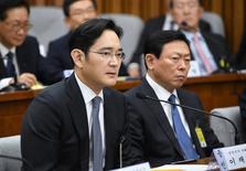 Les dirigeants des plus grands conglomérats sud-coréens, dont Samsung et Lotte Group, ont été entendus mardi par le Parlement sud-coréen dans le cadre du scandale d'abus de pouvoir qui englobe la présidente Park Geun-hye. Mardi, le vice-président de Samsung, Jay Y. Lee (photo), a été entendu comme témoin. /Photo prise le 6 décembre/REUTERS/Jung Yeon-Je