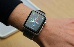 Новая модель Apple Watch Series 2 на руке у покупателя. Продажи умных часов Apple Watch оказались рекордными за первую неделю сезона предпраздничных покупок и готовятся показать лучшие квартальные результаты с момента выпуска этого продукта, сообщил Рейтер глава Apple Inc Тим Кук.    REUTERS/Jason Reed