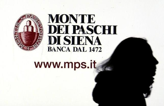 12月6日、イタリア銀行大手、モンテ・デイ・パスキ・ディ・シエナ(モンテ・パスキ)に対する公的支援を認める方策を用意しているが、今後数日の政治的情勢次第で決まるという。写真はミラノで1月撮影(2016年 ロイター/Stefano Rellandini)
