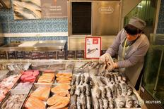 Сотрудница супермаркета Виктория за работой  20 октября 2016 года. Потребительские цены в России в ноябре 2016 года выросли на 5,8 процента к аналогичному периоду прошлого года и 0,4 процента по отношению к предыдущему месяцу, сообщил Росстат. REUTERS/Maxim Zmeyev