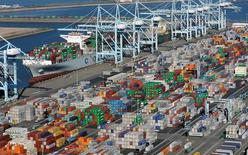 La foto de archivo muestra una imagen aérea de contenedores repletos de mercadería,en los puertos de Los Ángeles y Long Beach, California. El déficit comercial de Estados Unidos aumentó en octubre ante el descenso en las exportaciones, en medio de la baja de los envíos de soja y otros productos, lo que sugiere que el comercio será un lastre para el crecimiento del país en el cuarto trimestre. REUTERS/Bob Riha, Jr.