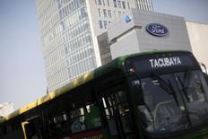 Un autobús pasando frente a una tienda de la automotriz Ford en Ciudad de México, abr 5, 2016. La producción de vehículos de México subió un 7.4 por ciento en noviembre a tasa interanual, mientras que las exportaciones crecieron un 9.6 por ciento, dijo el martes la Asociación Mexicana de la Industria Automotriz (AMIA).  REUTERS/Edgard Garrido