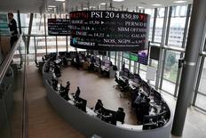Les Bourses européennes ont fini en hausse mardi, soutenues par le secteur bancaire. À Paris, le CAC 40 a terminé en hausse de 1,26% (57,62 points) à 4.631,94 points. Le Footsie britannique a pris 0,49% et le Dax allemand 0,85%. /Photo d'archives/REUTERS/Gonzalo Fuentes